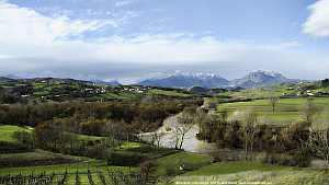 Veduta del fiume Tammaro da Benevento, con la dormiente sullo sfondo