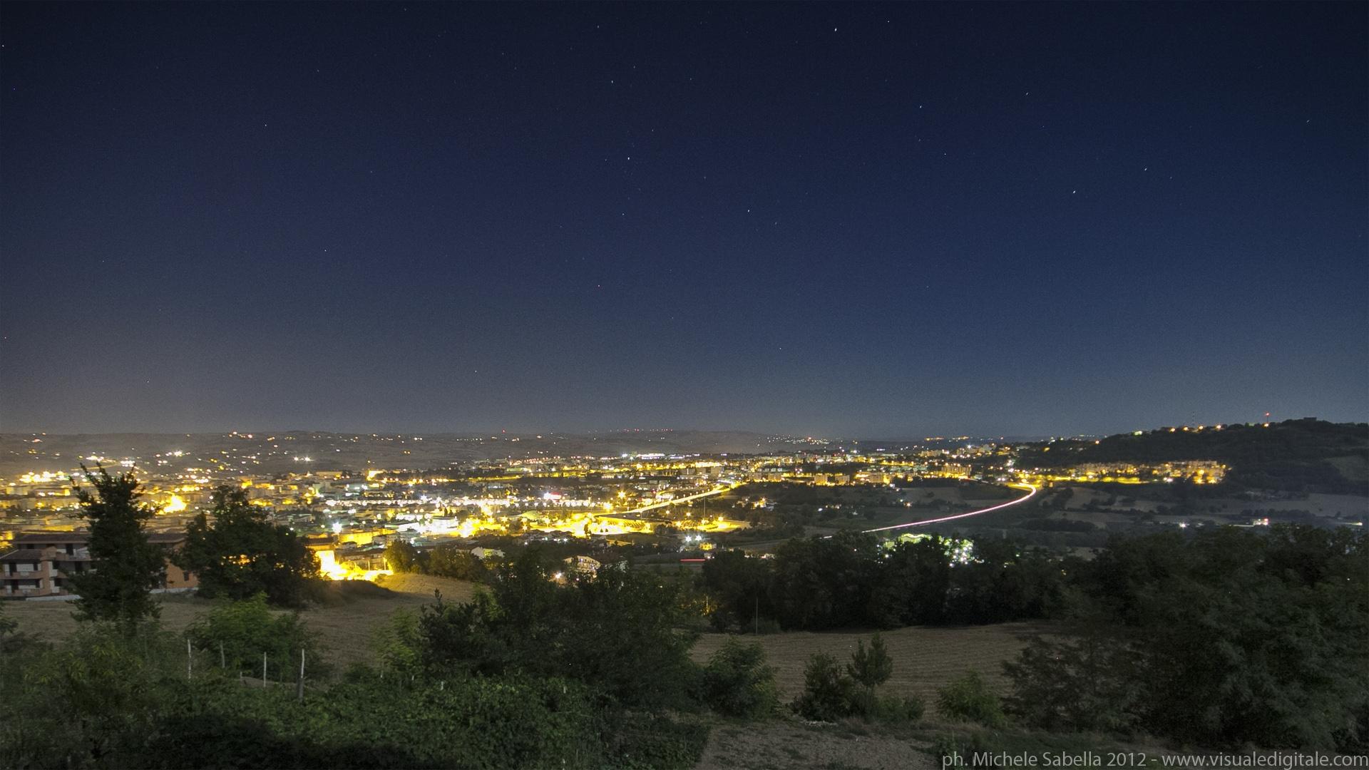 Benevento di notte vista da lontano