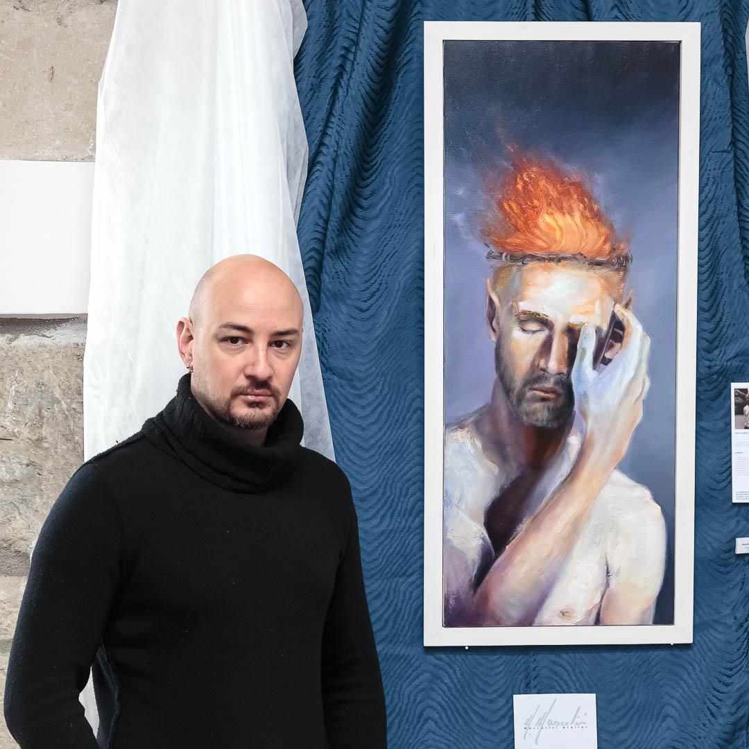 Il maestro Massimiliano Mascolini accanto alla sua opera 'Sognando Niflheimr', olio su tela, cm 100x40
